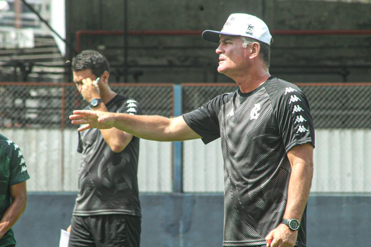 O técnico Mazola Júnior comanda os trabalhos no time azulino