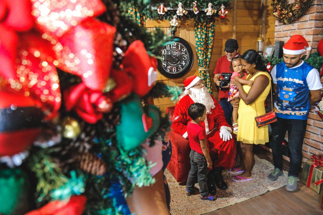 A Casinha do Papai Noel tem recebido a visita de crianças e famílias atendidas por projetos sociais