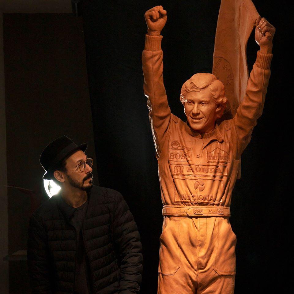 O escultor Mario Pitanguy durante o processo de criação da imagem de Ayrton Senna