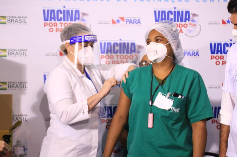 Andréa Passinho foi a responsável por aplicar a primeira vacina na técnica de enfermagem Shirley Maia, em janeiro desse ano