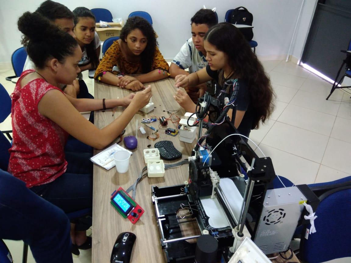 Alunos de Canaã dos Carajás durante aula de robótica oferecida na Feira de Negócios do Município (Fenecan)