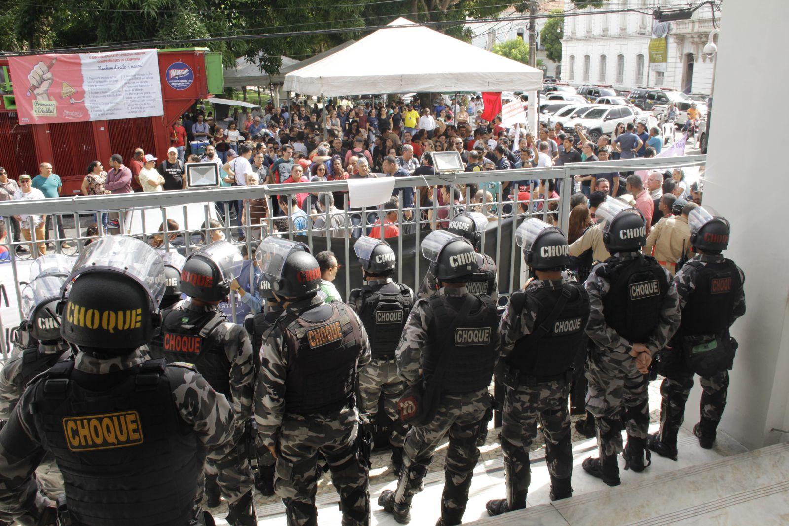 Houve tensão durante toda a sessão. Spray de pimenta e bombas de gás lacrimogênio foram usados contra os manifestantes