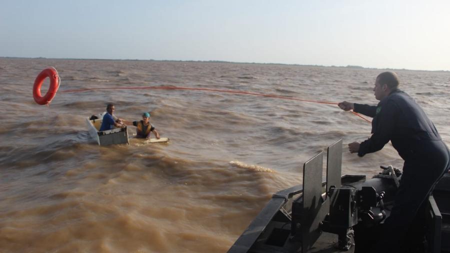 Homens são resgatados pela Marinha. (Foto: Divulgação/Marinha)