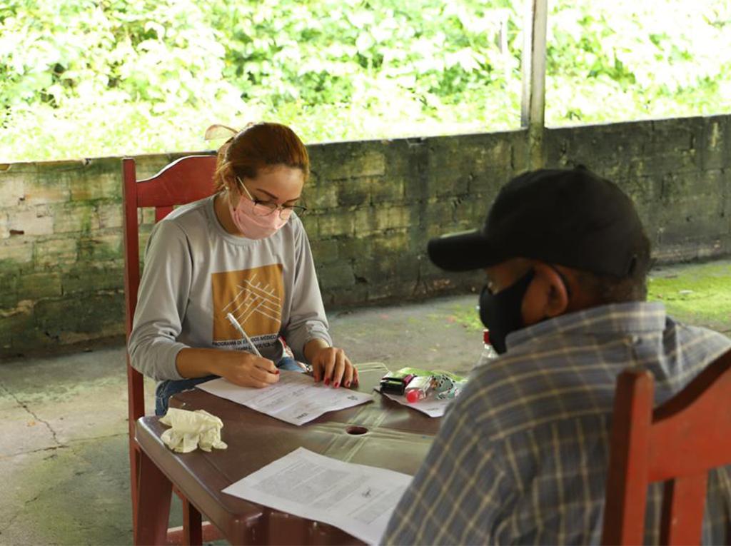 Ana Paula Tembé durante trabalho no combate à covid-19. (Foto: Reprodução)