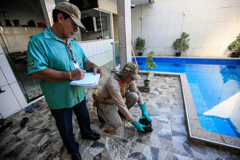 Os agentes de saúde monitoram as casas atendidas pelo projeto