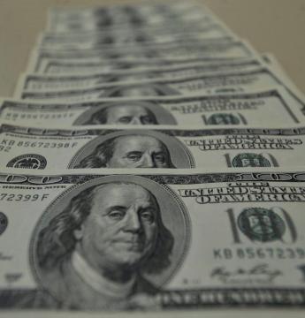 Dólar fica abaixo de R$ 4,10 pela primeira vez em mais de um mês