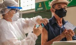 Marituba segue vacinando idosos contra covid-19; confira calendário de vacinação