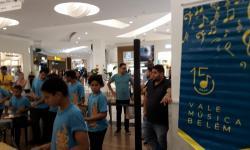 Crianças do projeto Vale Música Belém se apresentam em shopping