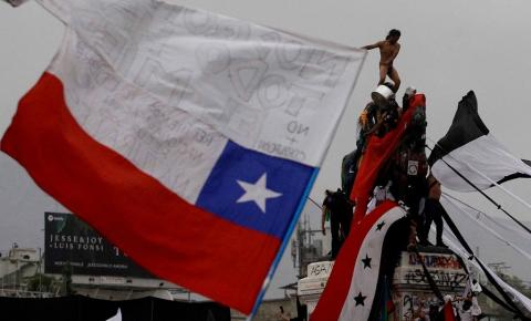 Em referendo, Chile decide descartar atual Constituição