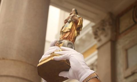 Imagem Original da Virgem de Nazaré é levada para fora da Basílica para abençoar fiéis